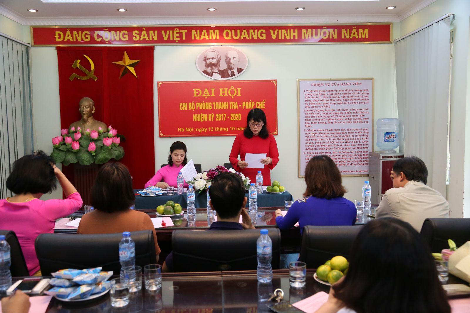Đồng chí Khổng Thị Uyên – Bí thư Chi bộ nhiệm kỳ 2015 – 2017 trình bày diễn văn Khai mạc Đại hội