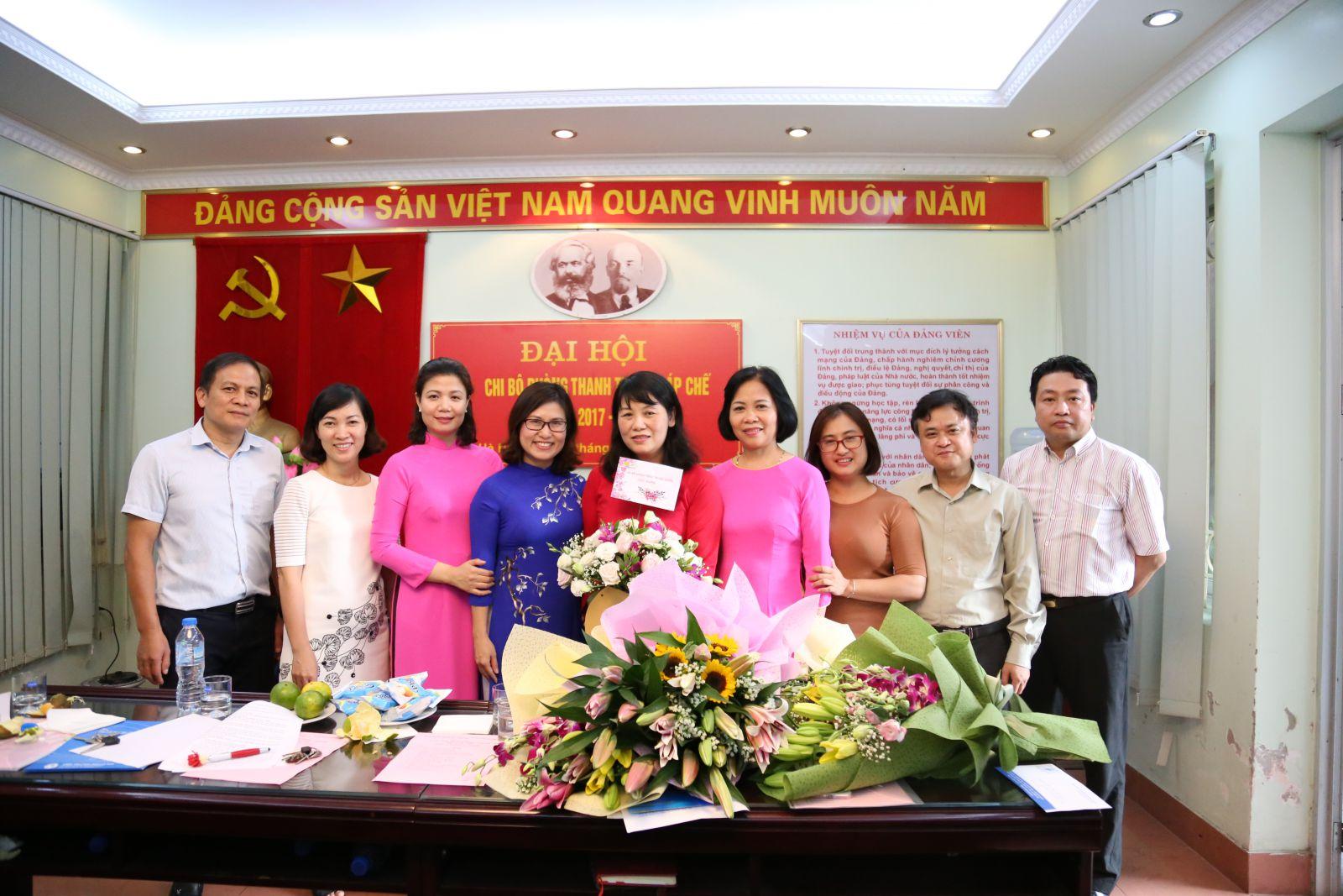 Đồng chí Khổng Thị Uyên – Bí thư Chi bộ nhiệm kỳ 2017 – 2020 nhận hoa chúc mừng